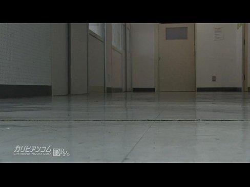Estudante japonesa chupando rola no banheiro