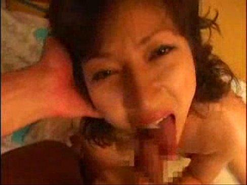 息子の反り返るほど勃起した肉棒を上目遣いフェラでねっとりと舐め回す淫乱なスレンダー高齢熟女…