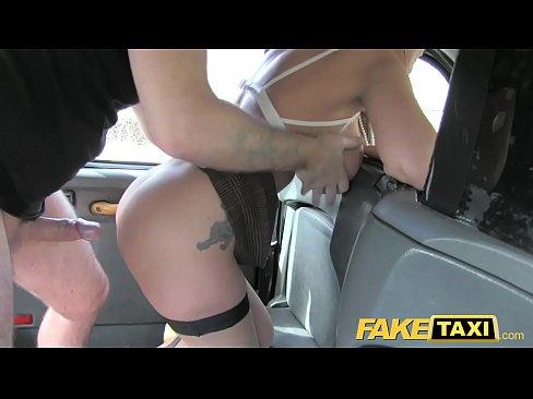 Gostosa dando pro taxista em lugar publico