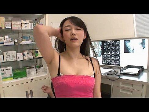 女性の先生が診察室でエロいことに!美乳を出して、あそこを摩る!