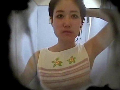 【シャワー盗撮】鏡の中からシャワー中のお姉さんを隠し撮りww目力がスゴいw