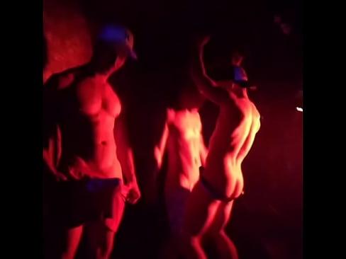 Gogoboys dançando