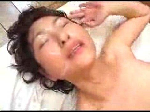 熟女な人妻が正常位でエッチしまくってザーメンを顔にかけられる!