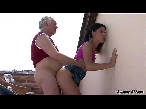 Vovô taradão comendo a neta sapeca