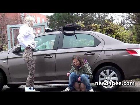 Подросток подруги писает за припаркованной машиной