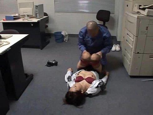 レイプ動画:オフィスに作...