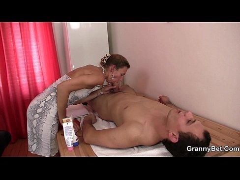 """Coroa De 70 Anos Fazendo """"massagem"""" Especial"""