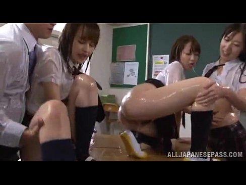 ローションまみれのJK3人組のレズ
