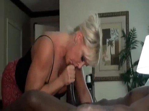 Зрелая блондинка сосёт огромный чёрный член