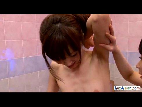 スレンダーで美人なお姉さんがお風呂場でワキ舐めプレイのレズセックスに没頭中