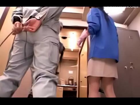 【北条麻妃】綺麗なパートの人妻を掃除機を使って悪戯する清掃業者の正社員二人組