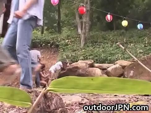 【熟女エロ動画】大自然の中でその豊満なカラダとパイパンアソコをさらけ出す。  の画像