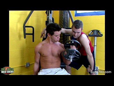 Gays fodendo com força na academia