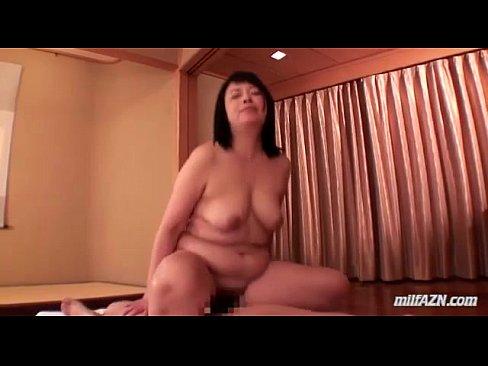 ボテボテの肉体を持った熟女が若い男を相手にしてセックスを堪能しています