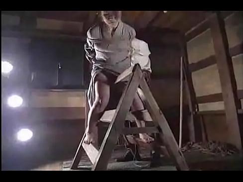 三角木馬がマンコに食い込み悲痛な表情の女囚が緊縛されたまま叩かれる拷問