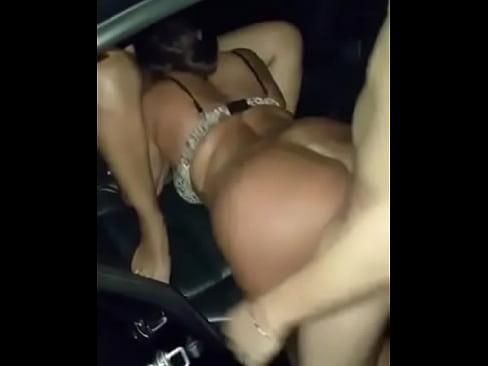 Putão pelado na rua come uma que chupa a outra