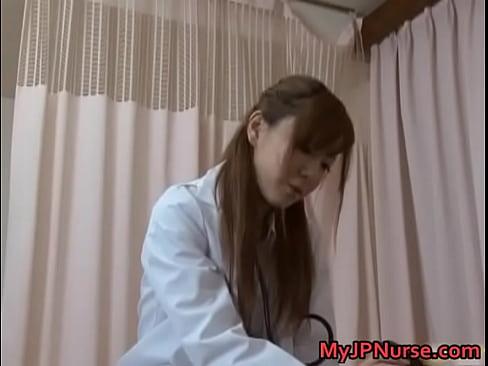 美人女医に股間を見せつけ口説いたらセックスやらせてくれたw