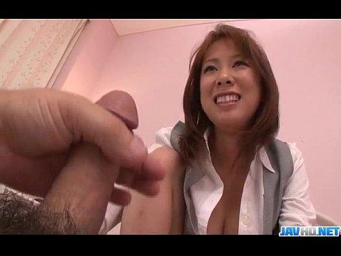 Asuka se da de difícil antes de chupar a rola
