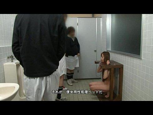 男子部員の性処理用にトイレに設置された肉便器女に小便ぶっかけ!