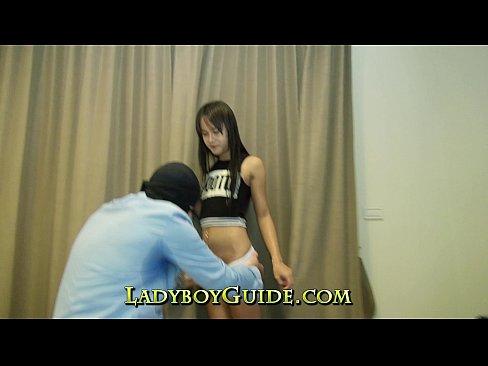 Pequeña nenita transexual asiatica chupando y dando a chupar a un maduro
