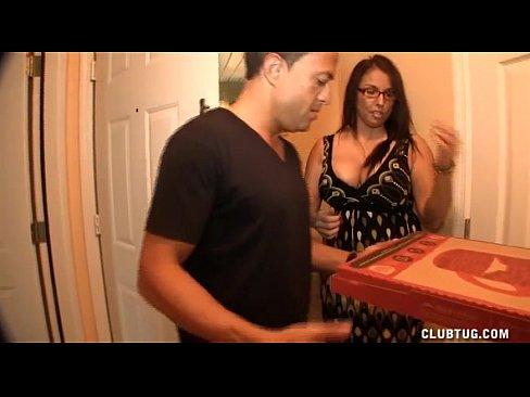 Mulher madura transando com entregador de pizza