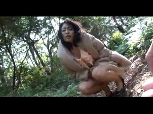 野外でリモコンバイブ調教されて股間を手で押さえ悶える人妻