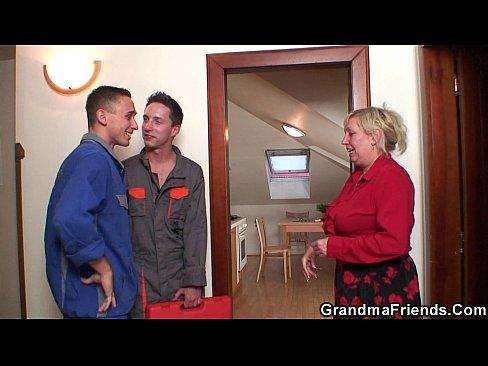 Vovozinha oferece seu bichano como um pagamento