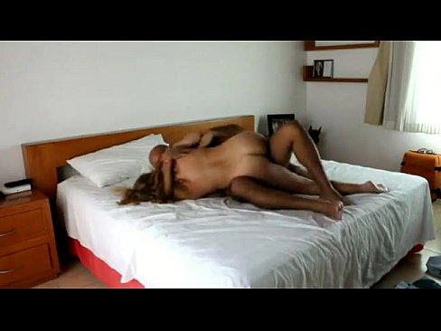 Una pareja común disfrutando una cachonda sesión de sexo casero
