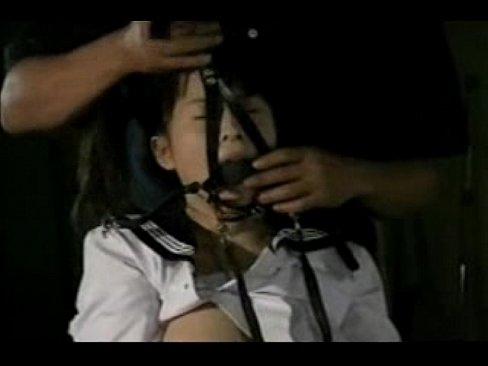 真っ暗闇の教室で顔面に拘束具を付けられた巨乳女子校生。四つん這いで尻を突出しオマンコ丸みでフェラさせられる。