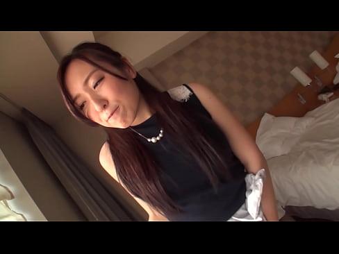 人妻動画。スタイル抜群の極上の人妻。オナニーして3Pハメ撮り。/