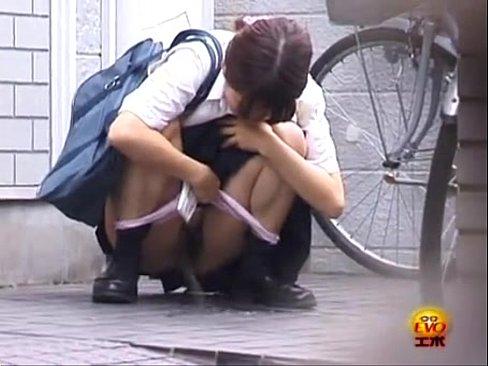「漏れちゃう><」学校帰りの女子校生が我慢できずに人の家の前でオシッコしてるww