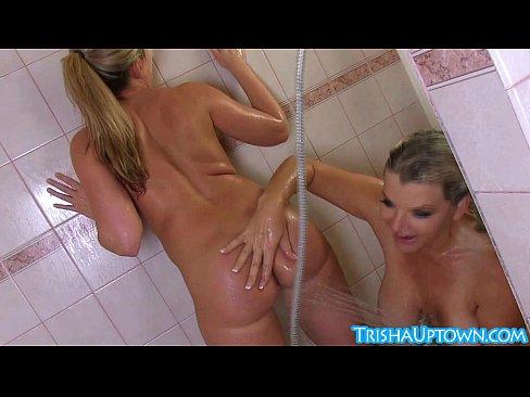 Trisha toma ducha de sacanagem com Vicky Vette