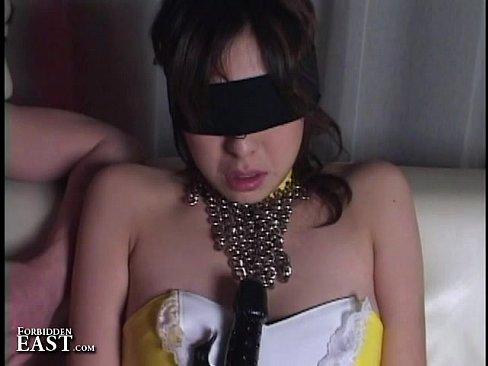 マゾの恋人にコスプレと目隠しをしてSM指導するヘンタイ彼。玩具や鞭の柄を乳に押し当てられ息使いが荒くなる。