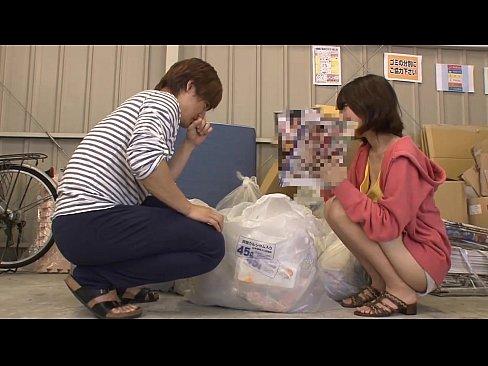 ゴミ出しに行ったらエロ本を捨てたのをかわいいお姉さんにみられそのままやるはめに