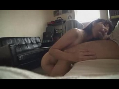 【熟女 イカ臭い 動画無料】五十路のモデルのフェラ無料obasan動画。五十路モデルがイカ臭いチンポの匂いを嗅ぎながらフェラ