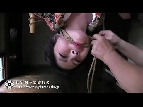 これぞ日本の裏の伝統…和服の熟女を緊縛し、吊し上げての調教。アート的エロティシズム