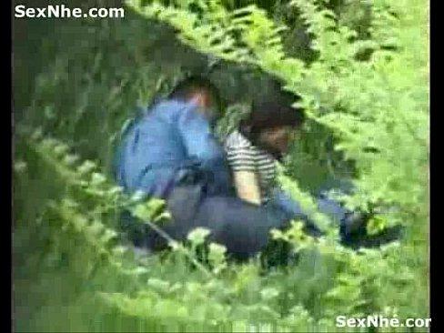 青姦発見!茂みの中で蠢くカップルが・・・