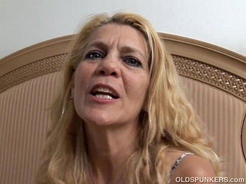 Adorável senhora de quatro fodendo sua buceta