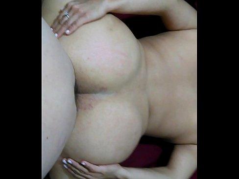 A esta esposa infiel como le gusta que el amante le destroce el culo