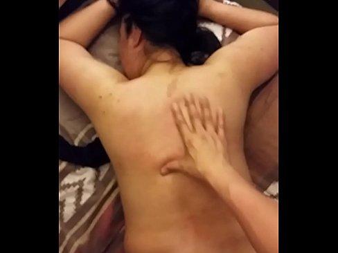 Nalgueando a la putita de mi esposa en la cama