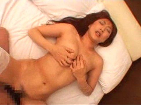【無料エロ動画】玉の裏までいやらしく舐め上げるフェラチオに卑猥に喘いで感じるジョイントを見せつける