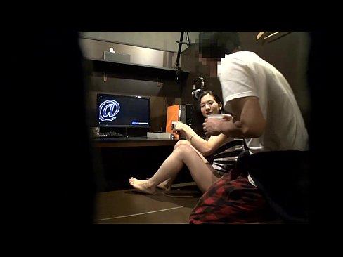 【無料エロ動画】ネカフェのカップルシートで声出さないようにこっそりH