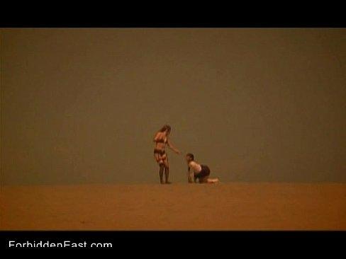 レズ女王様に首輪を付けられ砂漠を四足歩行で歩かされる女子校生。乾きに耐えながら女王様の引かれるがまま歩く美少女奴隷。