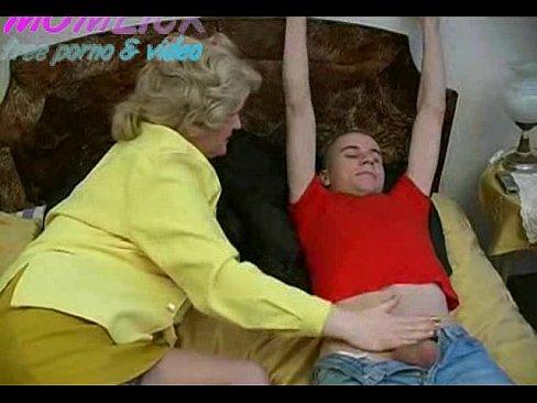 Mere branle et suce son fils et lui offre son cul a quatre pattes sur le lit en bas