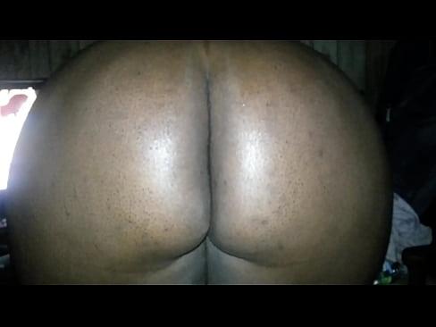 She spreads dat ass