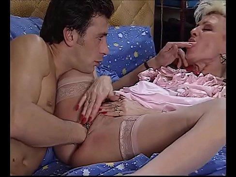 Socando a mão na buceta da namorada www.XvideosXxxPornhub.com