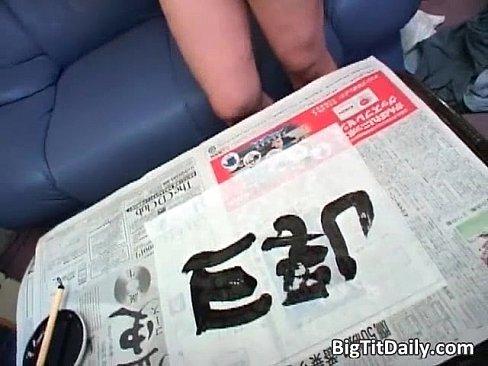 巨乳なお姉さんのおっぱいで「巨乳」という文字を書くレアな映像。