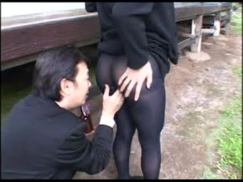 未亡人「最近、ご無沙汰なの!お尻触って!」と神発言!スカートをめくりストッキング越しになでなで!