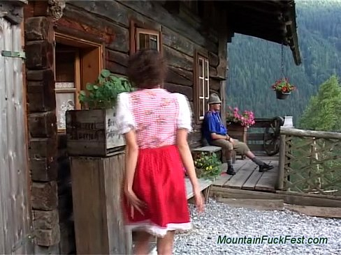 Golosa campesina de los Alpes cogiendo por el culo en la montaña