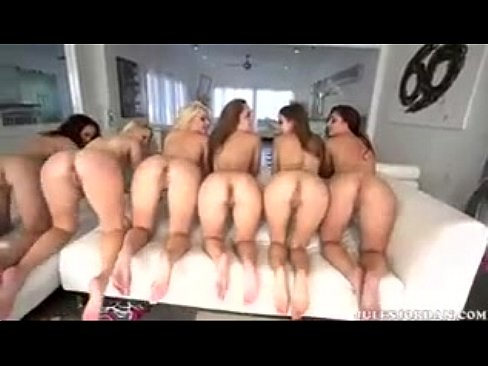 Suruba um homem com várias mulheres gostosas